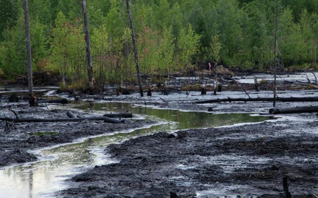 Разлив отходов после переработки нефти